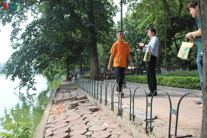 Ảnh: Đường dạo quanh hồ Hoàn Kiếm sụt lún mất an toàn - Ảnh 15.