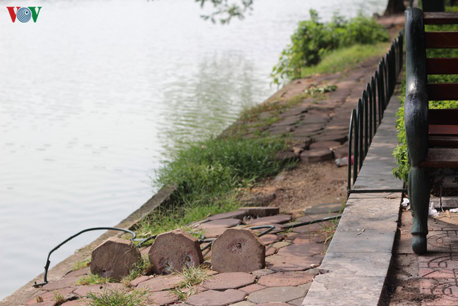 Ảnh: Đường dạo quanh hồ Hoàn Kiếm sụt lún mất an toàn - Ảnh 16.