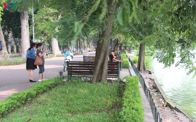 Ảnh: Đường dạo quanh hồ Hoàn Kiếm sụt lún mất an toàn - Ảnh 17.