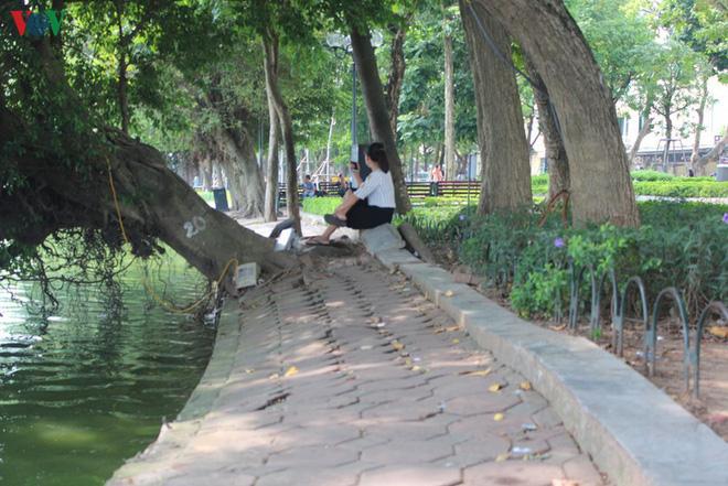 Ảnh: Đường dạo quanh hồ Hoàn Kiếm sụt lún mất an toàn - Ảnh 19.