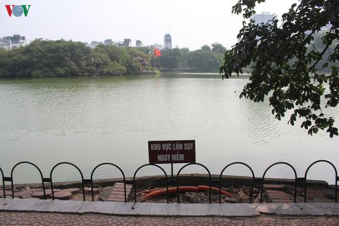 Ảnh: Đường dạo quanh hồ Hoàn Kiếm sụt lún mất an toàn - Ảnh 3.