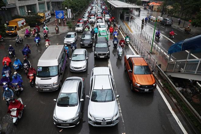 Gần trưa, nhiều tuyến đường ở Hà Nội vẫn kẹt cứng sau mưa lớn - Ảnh 3.