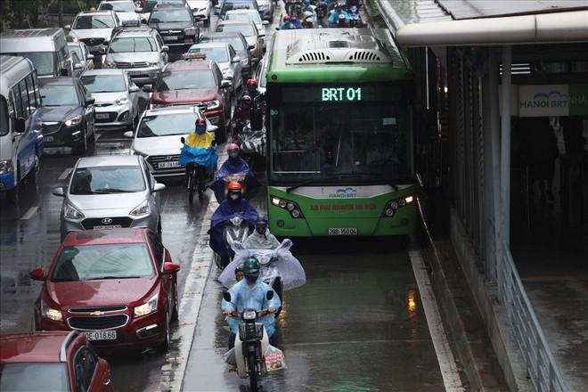 Gần trưa, nhiều tuyến đường ở Hà Nội vẫn kẹt cứng sau mưa lớn - Ảnh 4.