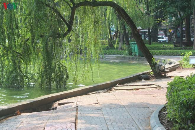 Ảnh: Đường dạo quanh hồ Hoàn Kiếm sụt lún mất an toàn - Ảnh 5.