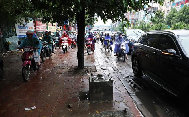 Gần trưa, nhiều tuyến đường ở Hà Nội vẫn kẹt cứng sau mưa lớn - Ảnh 5.