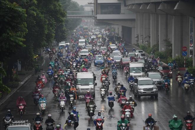 Gần trưa, nhiều tuyến đường ở Hà Nội vẫn kẹt cứng sau mưa lớn - Ảnh 6.