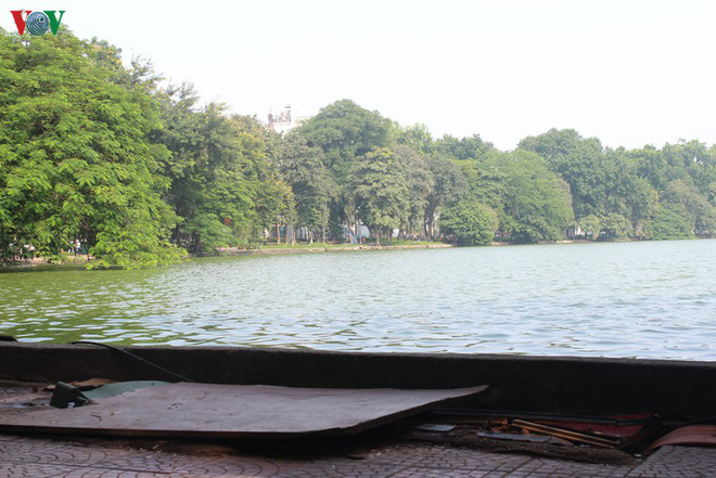 Ảnh: Đường dạo quanh hồ Hoàn Kiếm sụt lún mất an toàn - Ảnh 7.