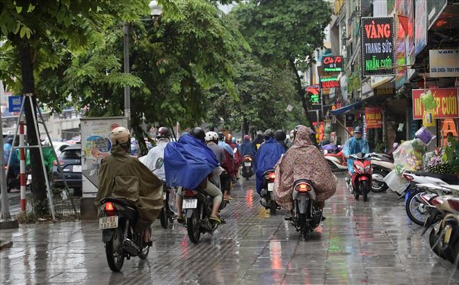 Gần trưa, nhiều tuyến đường ở Hà Nội vẫn kẹt cứng sau mưa lớn - Ảnh 7.