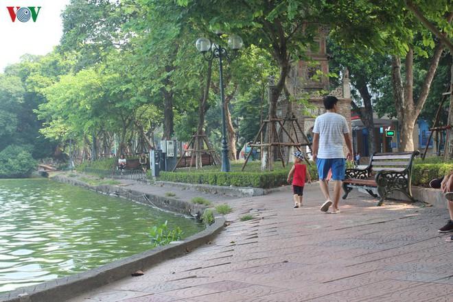 Ảnh: Đường dạo quanh hồ Hoàn Kiếm sụt lún mất an toàn - Ảnh 8.