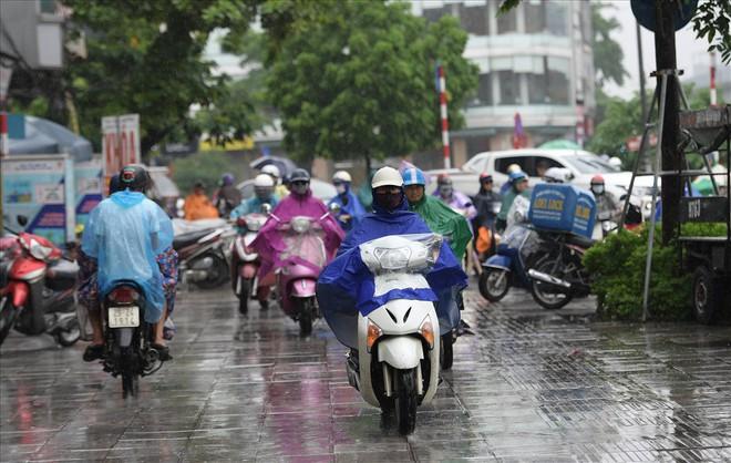 Gần trưa, nhiều tuyến đường ở Hà Nội vẫn kẹt cứng sau mưa lớn - Ảnh 8.