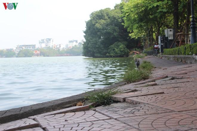 Ảnh: Đường dạo quanh hồ Hoàn Kiếm sụt lún mất an toàn - Ảnh 9.