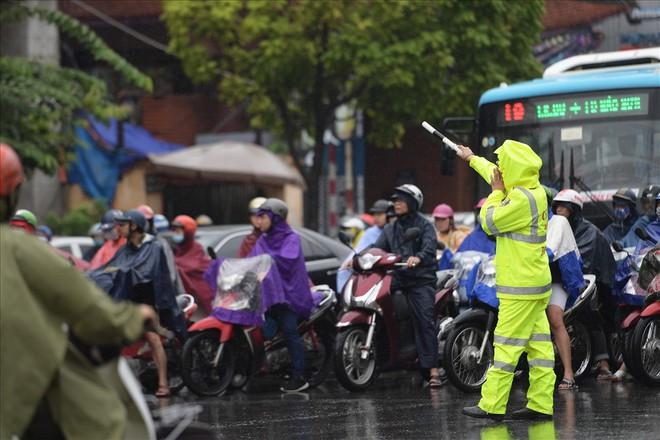 Gần trưa, nhiều tuyến đường ở Hà Nội vẫn kẹt cứng sau mưa lớn - Ảnh 9.