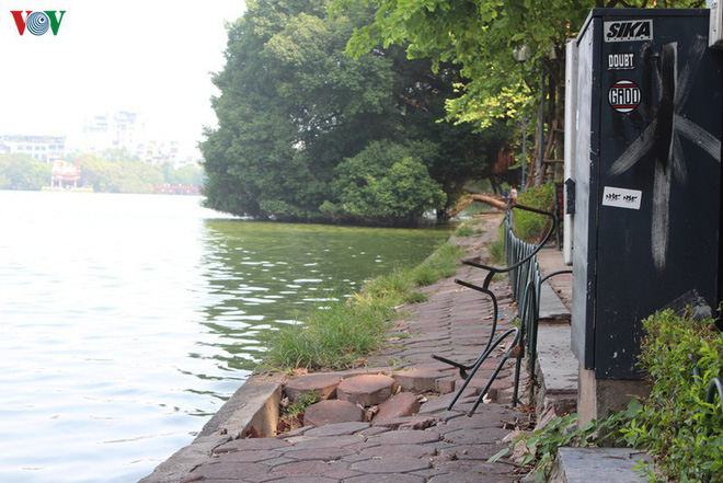 Ảnh: Đường dạo quanh hồ Hoàn Kiếm sụt lún mất an toàn - Ảnh 10.