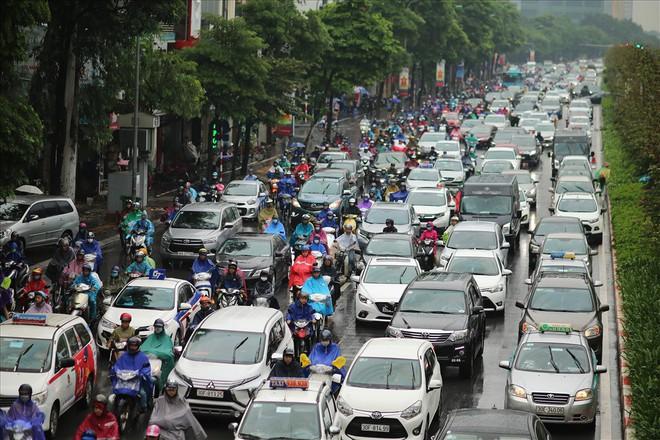 Gần trưa, nhiều tuyến đường ở Hà Nội vẫn kẹt cứng sau mưa lớn - Ảnh 10.
