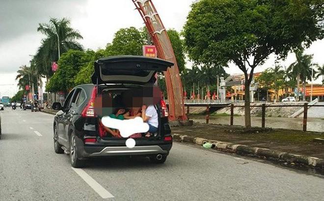 Chiếc xe bật mở cửa sau và hình ảnh 3 người phụ nữ khiến cả phố phải ngoái nhìn