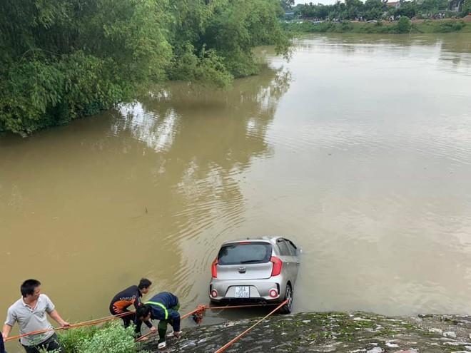 Taxi lao xuống sông khiến nữ hành khách tử vong, tài xế mất tích - Ảnh 1.