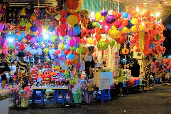 Chợ Trung thu truyền thống Hà Nội đông nghịt người dịp nghỉ lễ 2/9 - Ảnh 4.