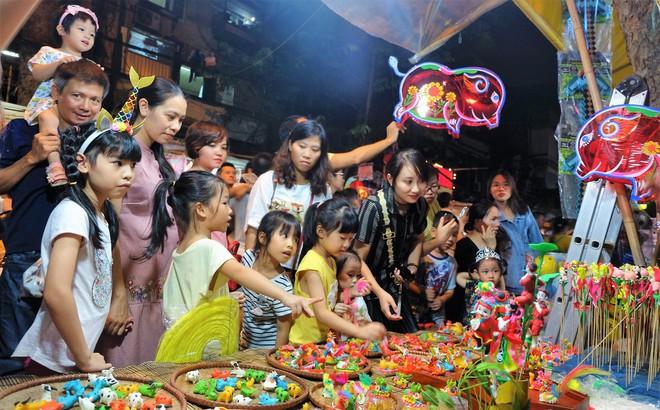 Chợ Trung thu truyền thống Hà Nội đông nghịt người dịp nghỉ lễ 2/9