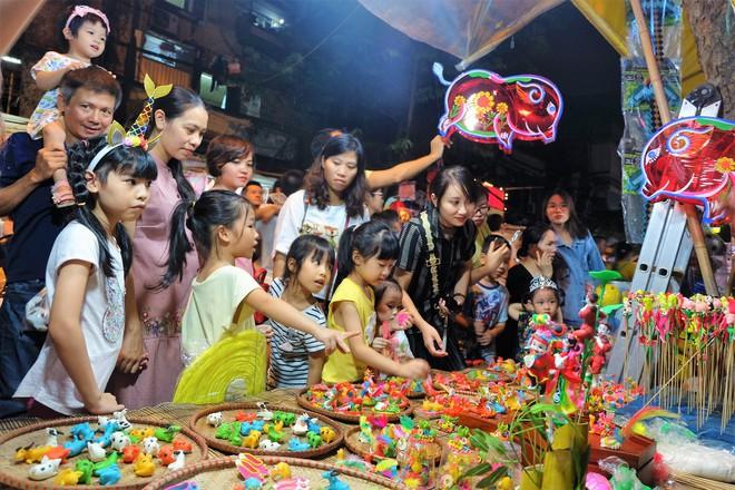 Chợ Trung thu truyền thống Hà Nội đông nghịt người dịp nghỉ lễ 2/9 - Ảnh 5.