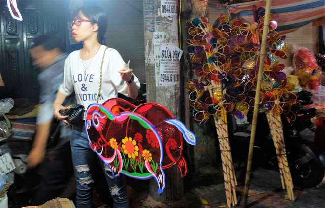 Chợ Trung thu truyền thống Hà Nội đông nghịt người dịp nghỉ lễ 2/9 - Ảnh 7.