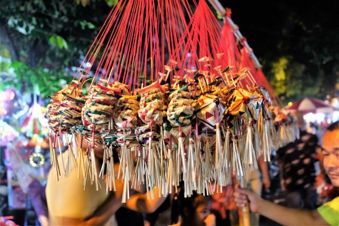 Chợ Trung thu truyền thống Hà Nội đông nghịt người dịp nghỉ lễ 2/9 - Ảnh 10.
