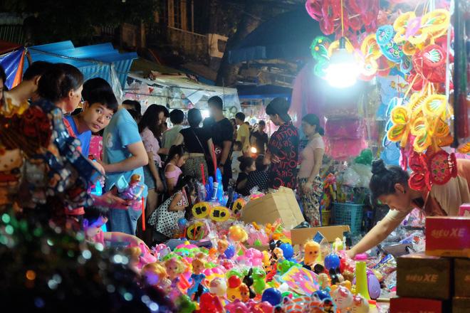 Chợ Trung thu truyền thống Hà Nội đông nghịt người dịp nghỉ lễ 2/9 - Ảnh 3.