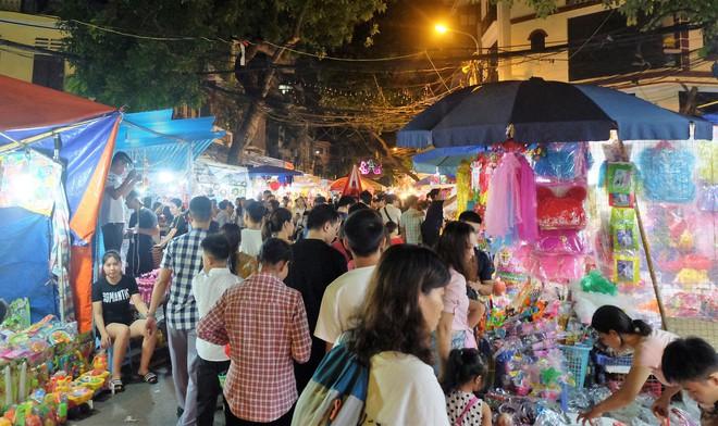 Chợ Trung thu truyền thống Hà Nội đông nghịt người dịp nghỉ lễ 2/9 - Ảnh 2.