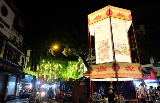 Chợ Trung thu truyền thống Hà Nội đông nghịt người dịp nghỉ lễ 2/9 - Ảnh 1.