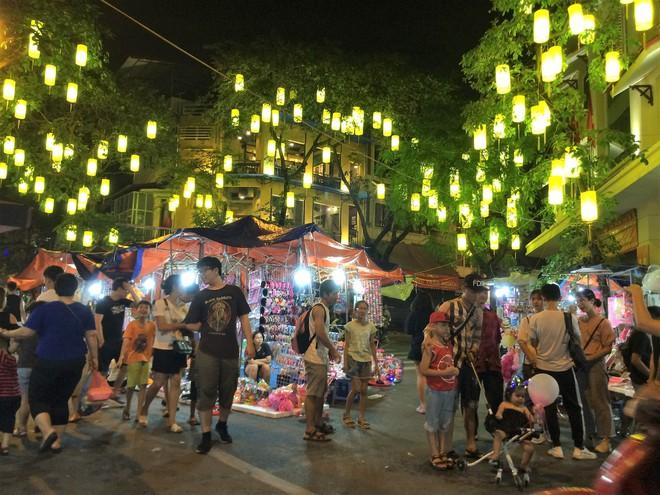 Chợ Trung thu truyền thống Hà Nội đông nghịt người dịp nghỉ lễ 2/9 - Ảnh 14.
