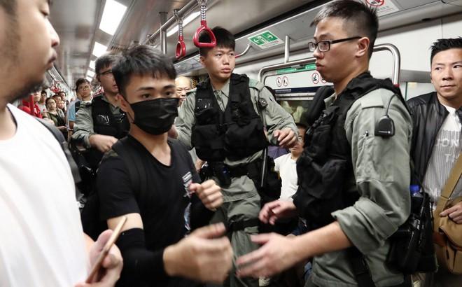 """Ngày đầu tuần căng thẳng: Cảnh sát Hong Kong """"đón đầu"""", tiếp tục bắt giữ, không chế người biểu tình"""