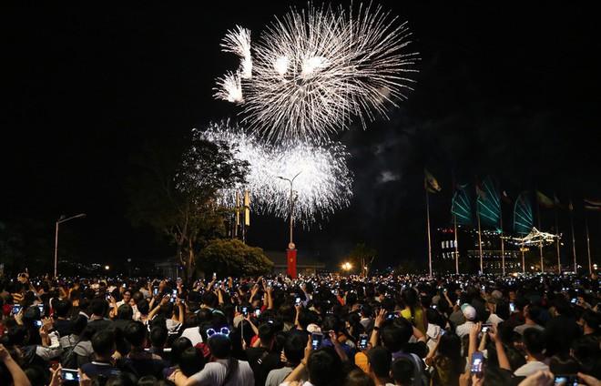 Hàng ngàn người chen chân xem bắn pháo hoa mừng Quốc khánh 2-9 - Ảnh 1.