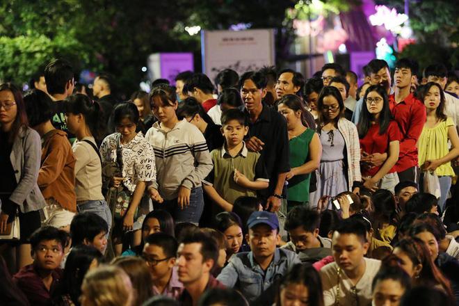 Hàng ngàn người chen chân xem bắn pháo hoa mừng Quốc khánh 2-9 - Ảnh 2.