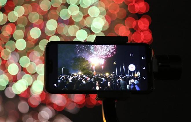 Hàng ngàn người chen chân xem bắn pháo hoa mừng Quốc khánh 2-9 - Ảnh 11.