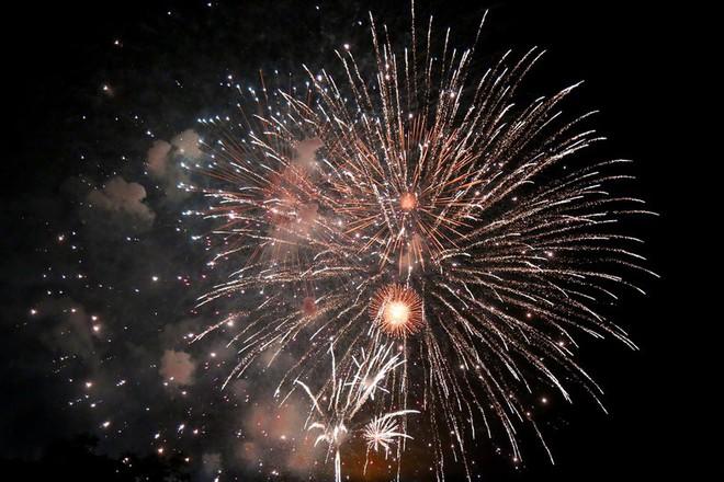 Hàng ngàn người chen chân xem bắn pháo hoa mừng Quốc khánh 2-9 - Ảnh 12.
