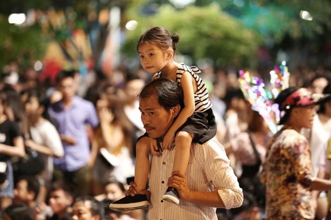 Hàng ngàn người chen chân xem bắn pháo hoa mừng Quốc khánh 2-9 - Ảnh 3.