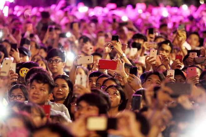 Hàng ngàn người chen chân xem bắn pháo hoa mừng Quốc khánh 2-9 - Ảnh 4.