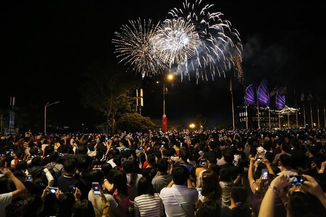 Hàng ngàn người chen chân xem bắn pháo hoa mừng Quốc khánh 2-9 - Ảnh 5.