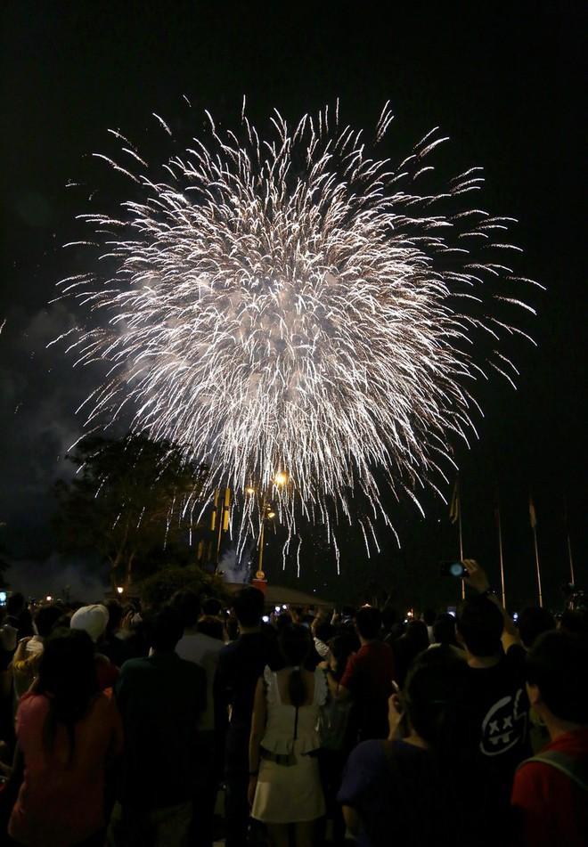 Hàng ngàn người chen chân xem bắn pháo hoa mừng Quốc khánh 2-9 - Ảnh 6.