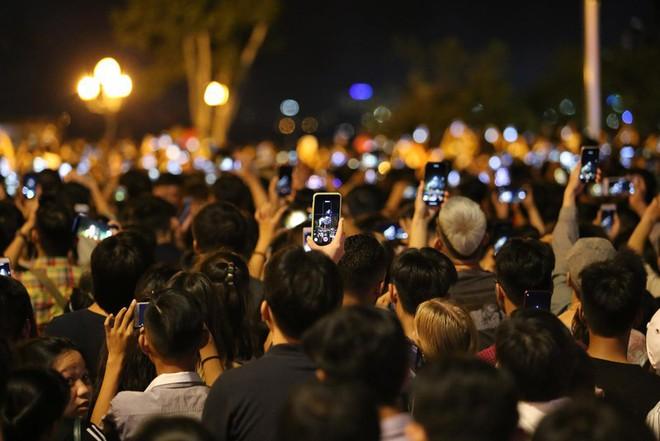 Hàng ngàn người chen chân xem bắn pháo hoa mừng Quốc khánh 2-9 - Ảnh 7.