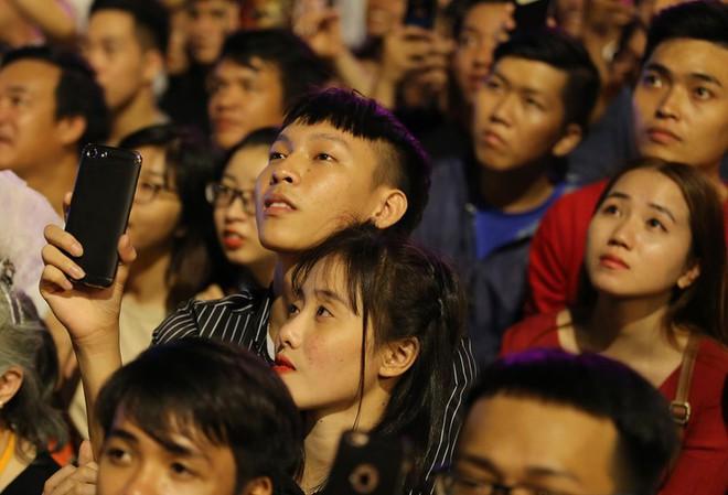 Hàng ngàn người chen chân xem bắn pháo hoa mừng Quốc khánh 2-9 - Ảnh 8.