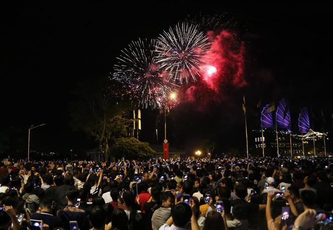 Hàng ngàn người chen chân xem bắn pháo hoa mừng Quốc khánh 2-9 - Ảnh 9.