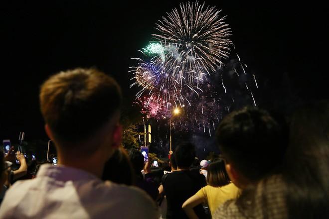 Hàng ngàn người chen chân xem bắn pháo hoa mừng Quốc khánh 2-9 - Ảnh 10.