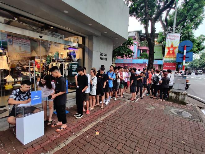 Hà Nội: Hàng trăm khách xếp hàng 2 ngày chờ mua mẫu giày Adidas siêu hot - Ảnh 2.