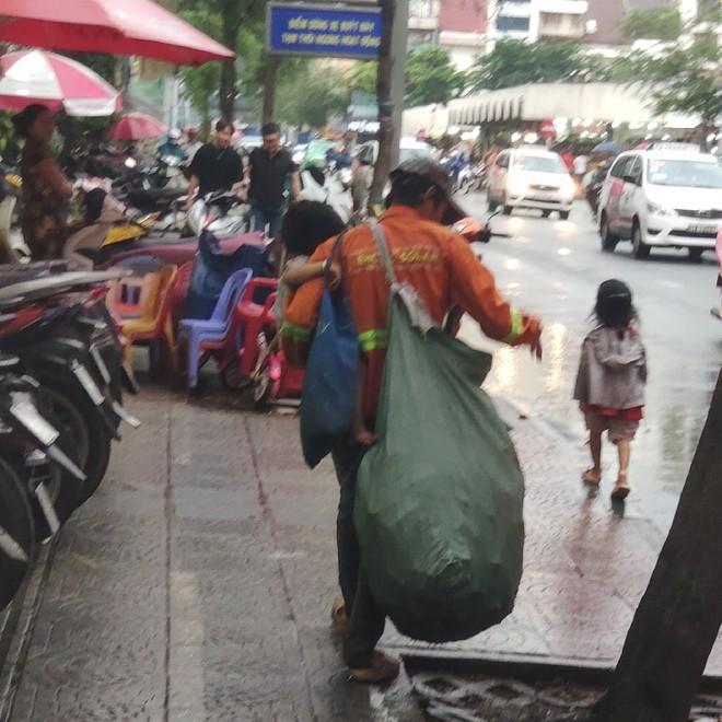 Hành động của 3 bố con lượm ve chai giữa phố Sài Gòn khiến 1 người Malaysia xúc động và ấn tượng - Ảnh 3.