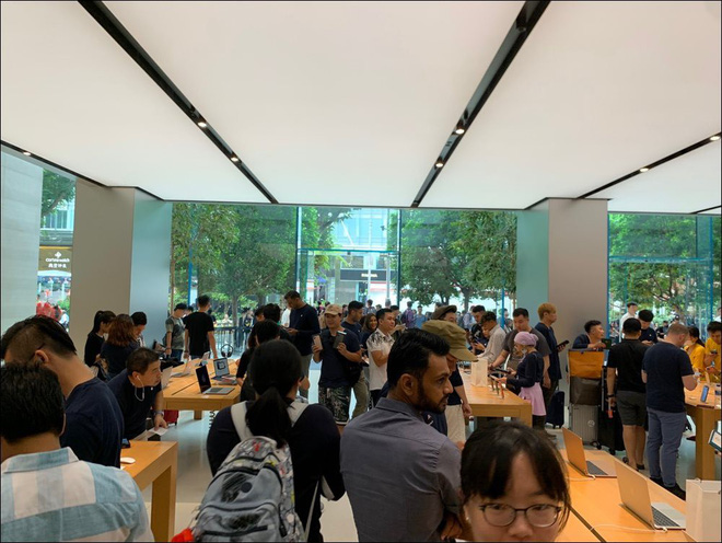 Đầu giờ chiều nay, Apple Store Singapore vẫn chật cứng người Việt - Ảnh 1.