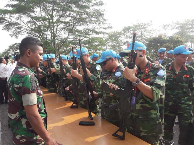 Chiến sĩ gìn giữ hòa bình Việt Nam huấn luyện sử dụng súng trường Pindad SS2 tối tân - Ảnh 1.