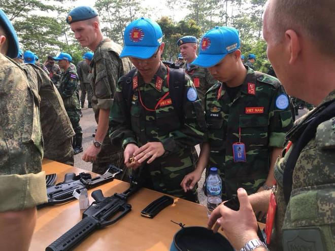 Chiến sĩ gìn giữ hòa bình Việt Nam huấn luyện sử dụng súng trường Pindad SS2 tối tân - Ảnh 2.