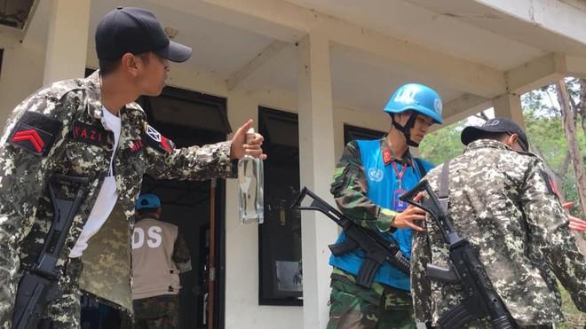 Chiến sĩ gìn giữ hòa bình Việt Nam huấn luyện sử dụng súng trường Pindad SS2 tối tân - Ảnh 7.