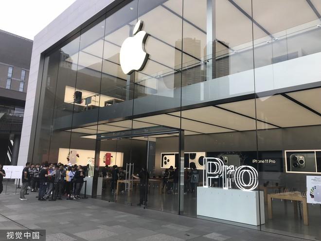 Chê xấu, không có 5G nhưng dân Trung Quốc vẫn chen nhau xếp hàng trong ngày mở bán iPhone 11 - Ảnh 1.