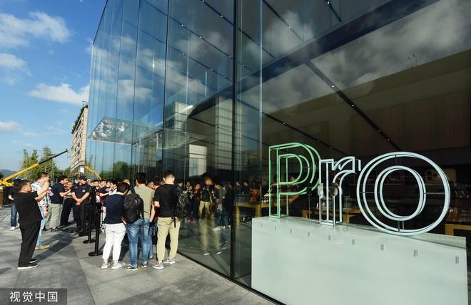 Chê xấu, không có 5G nhưng dân Trung Quốc vẫn chen nhau xếp hàng trong ngày mở bán iPhone 11 - Ảnh 2.